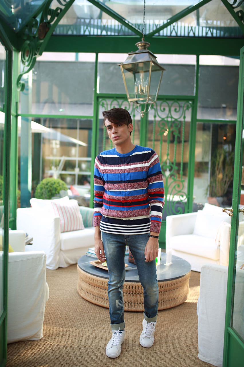 gq fhits, spfw n43, alex cursino, suéter, jeans, tênis branco masculino
