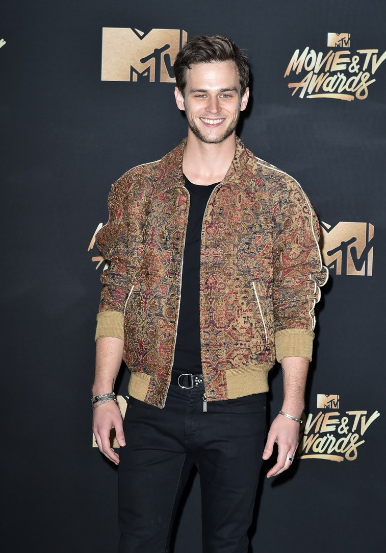MTV Movie & TV Awards, red carpet, look masculino 2017, 13 reasons why, outfit, dicas de moda, blog de moda masculina, blogger, youtuber, youtube, menswear, style, estilo masculino (9)